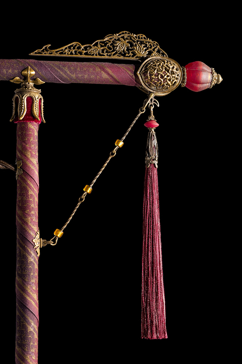 Cesendello Fortuny lampadaire en soie , pied du lampadaire recouvert de tissu rouge détail