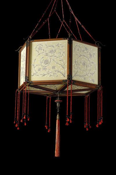 Fortuny Concubine Loto lampe en soie avec structure en bois