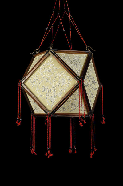 Fortuny Concubine Tempio lampe en soie avec structure en bois
