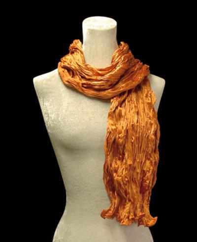 Écharpe Fortuny en crêpe de soie satin orange froissé