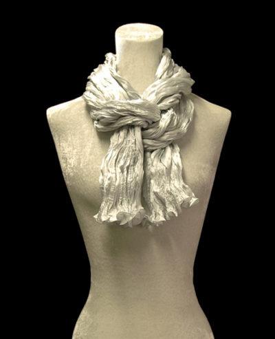 Écharpe Fortuny en crêpe de soie satin gris perle froissé