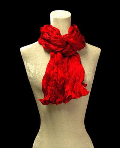 Écharpe Fortuny en crêpe de soie satin rouge froissé