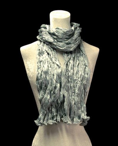 Écharpe Fortuny en crêpe de soie satin gris argenté froissé