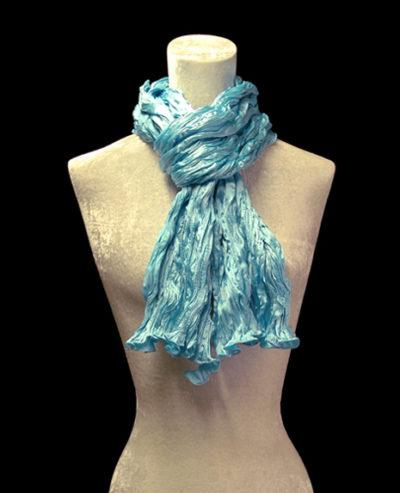 Écharpe Fortuny en crêpe de soie satin bleu turquoise froissé