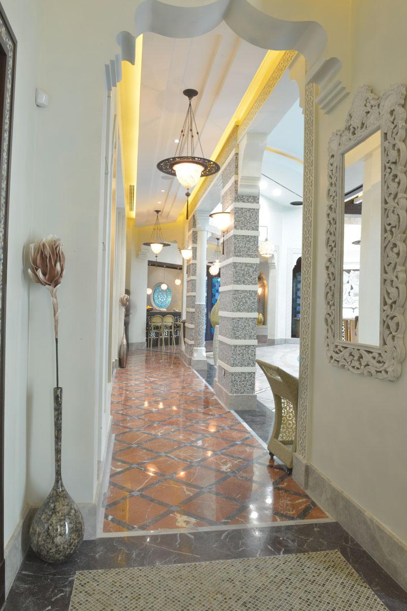 Lampe en soie avec anneau en métal Samarkanda Fortuny installé dans un hôtel