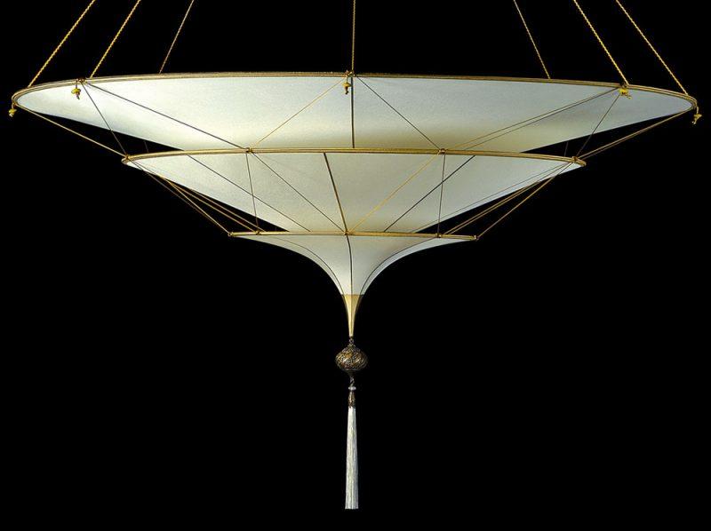 Lampe en soie unie à 3 niveaux Scheherazade Fortuny Plain, vue de côté