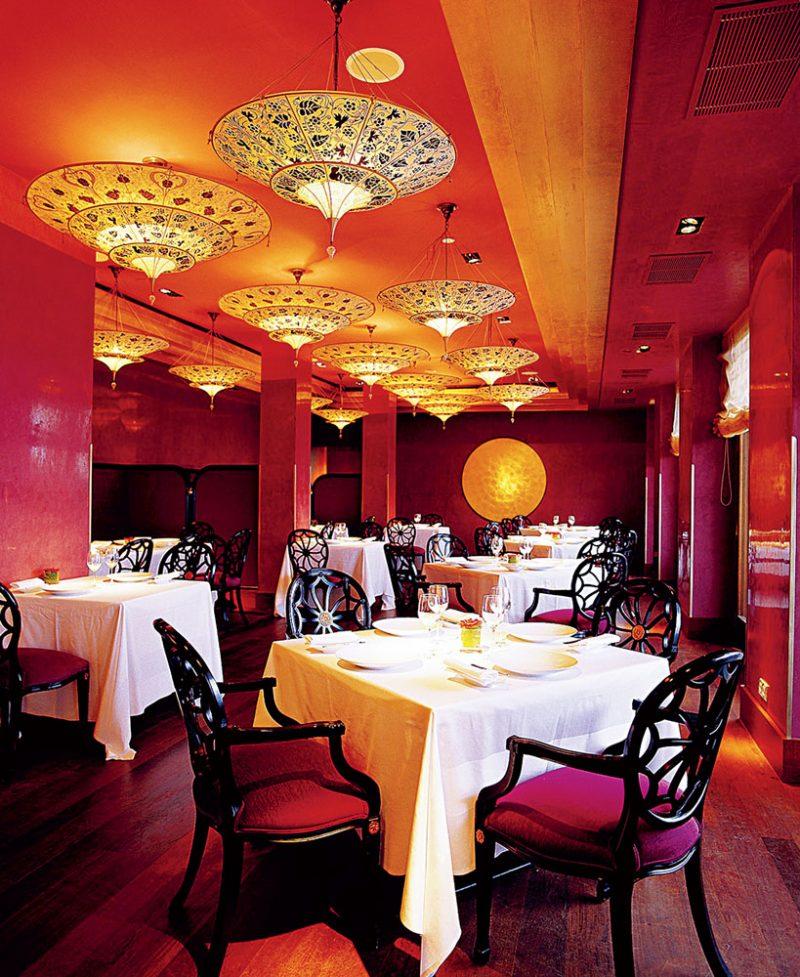 Restaurant with Fortuny Scheherazade silk lamps