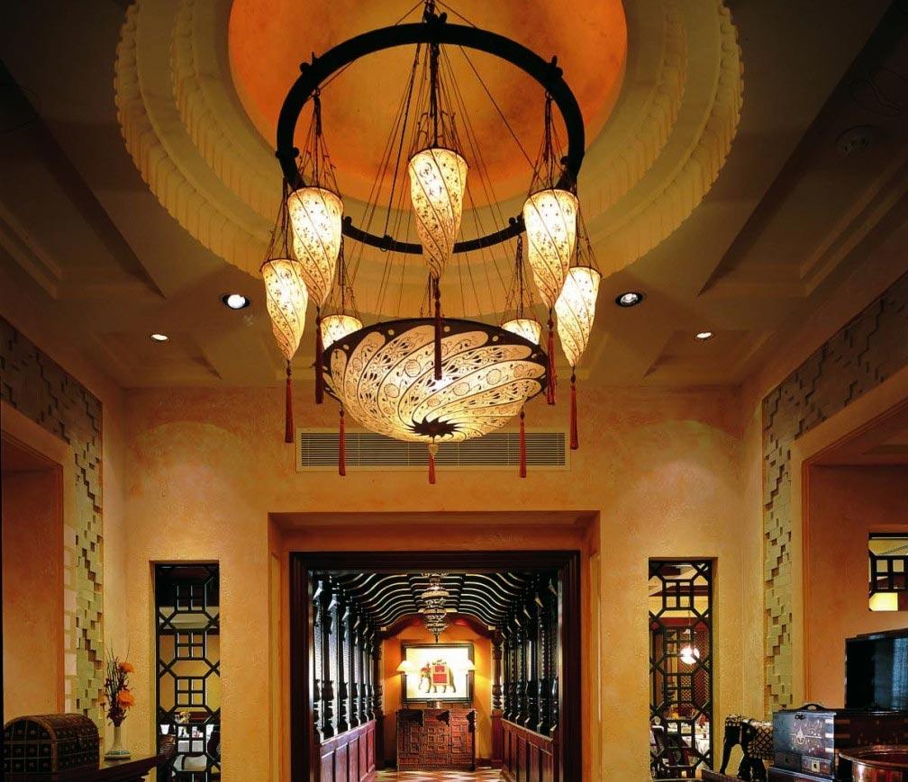 Scudo Saraceno et Cesendello Fortuny lampes à l'Ashiana-Restaurant-à Dubaï, vue du couloir