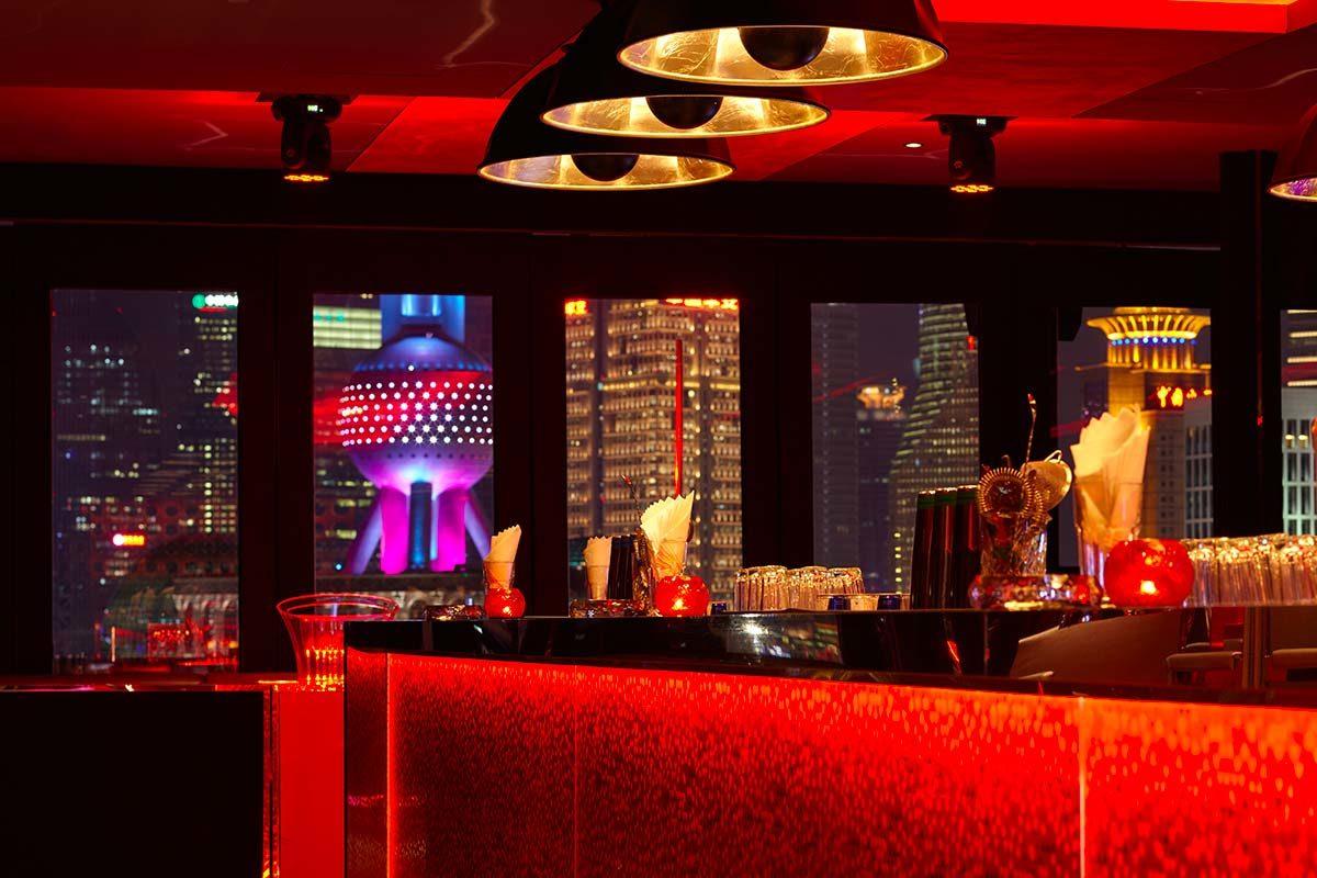 Le Bar Rouge à Shanghai présente des lampes coupole Fortuny Studio 1907