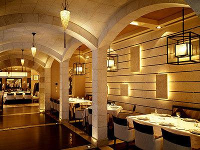 Restaurant Byblos en Arabie Saoudite avec luminaire en soie Cesendello
