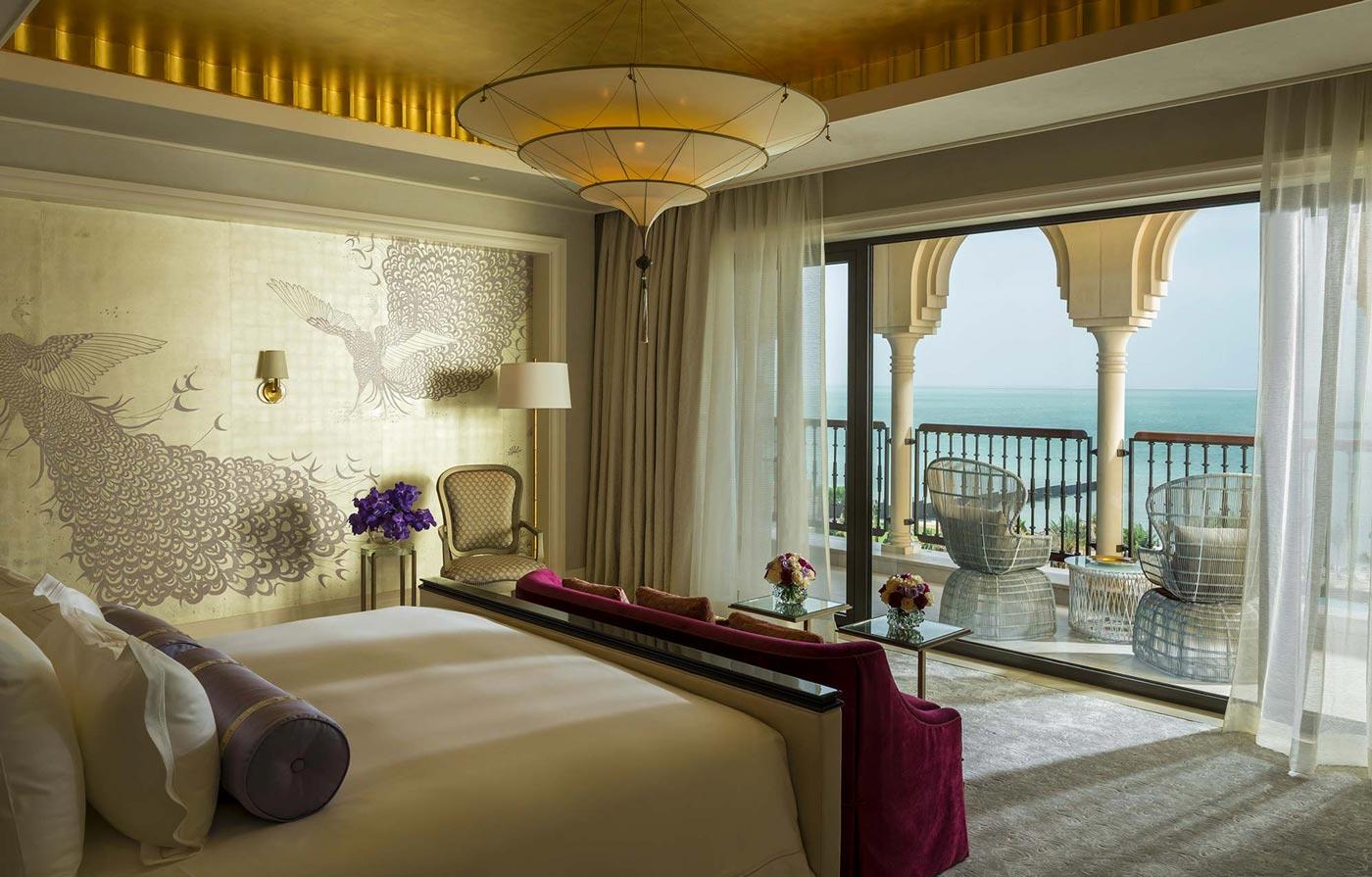 Lampe en soie unie Scheherazade à trois niveaux au Four Seasons Resort Hotel à Dubaï, Royal Suite Master bedroom