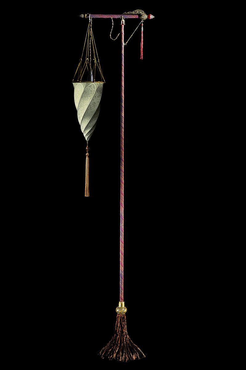 Lampadaire Fortuny Cesendello Classic en soie saumon avec support rouge