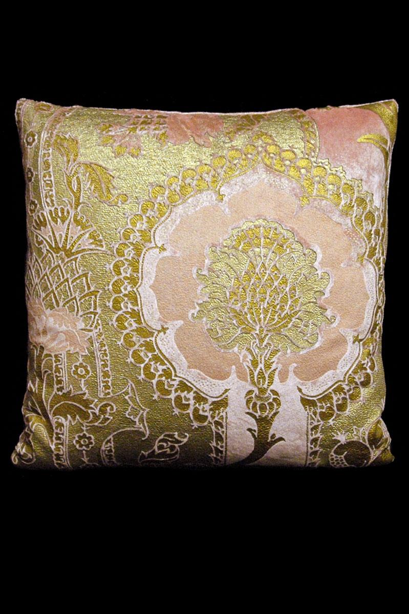 Coussin Venetia Studium carré en velours rose imprimé San Gregorio