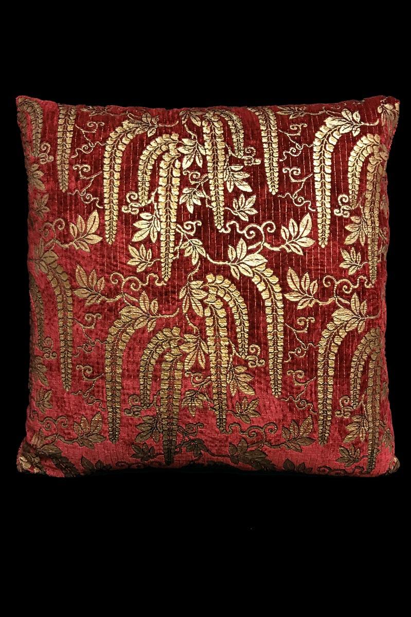 Coussin Venetia Studium Glicine carré en velours rouge imprimé