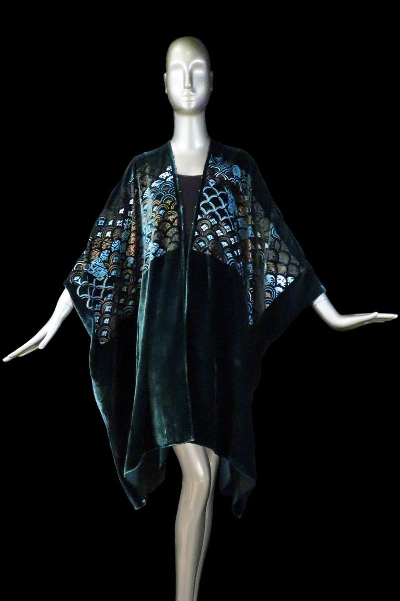 Manteau du soir long en velours imprimé