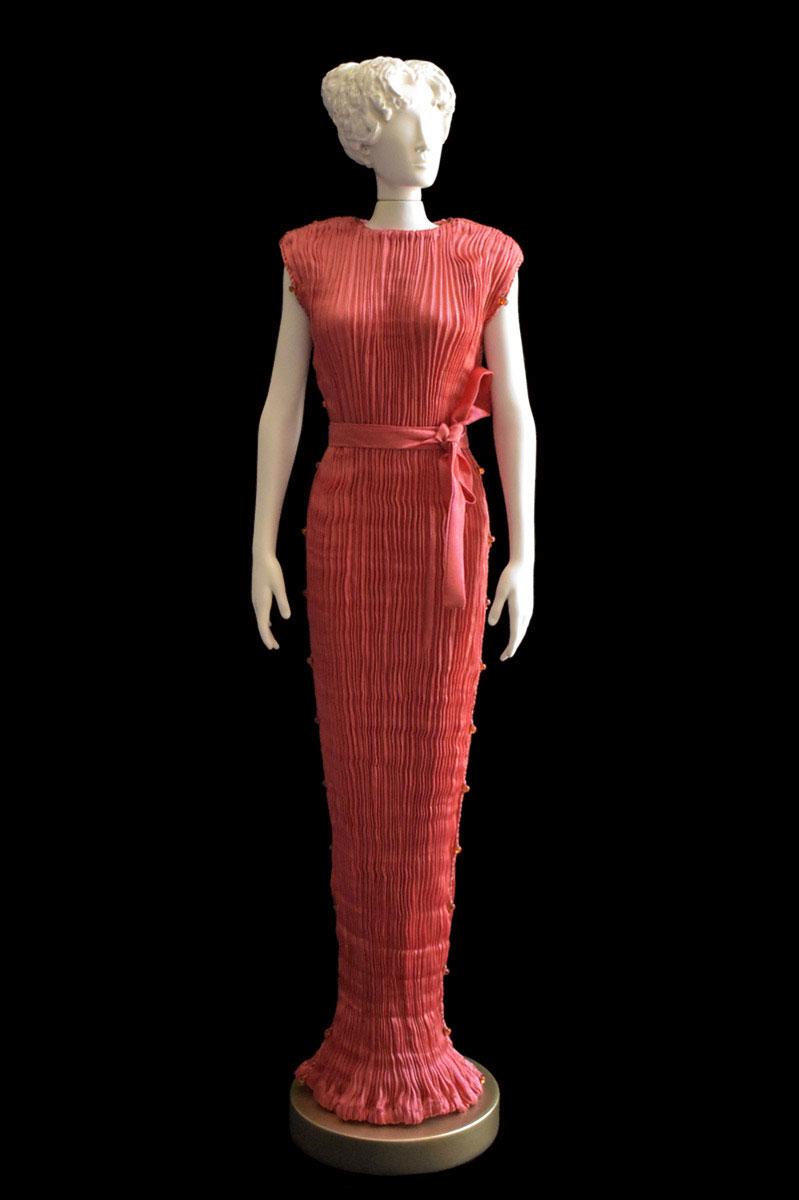 Figurine féminine Diva habillée d'une robe Peggy en soie plissée rouge corail- Roman