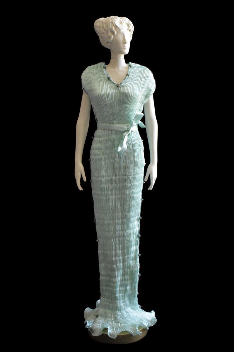 Figurine féminine Diva habillée d'une robe Auriga en soie plissée vert opale - Roman