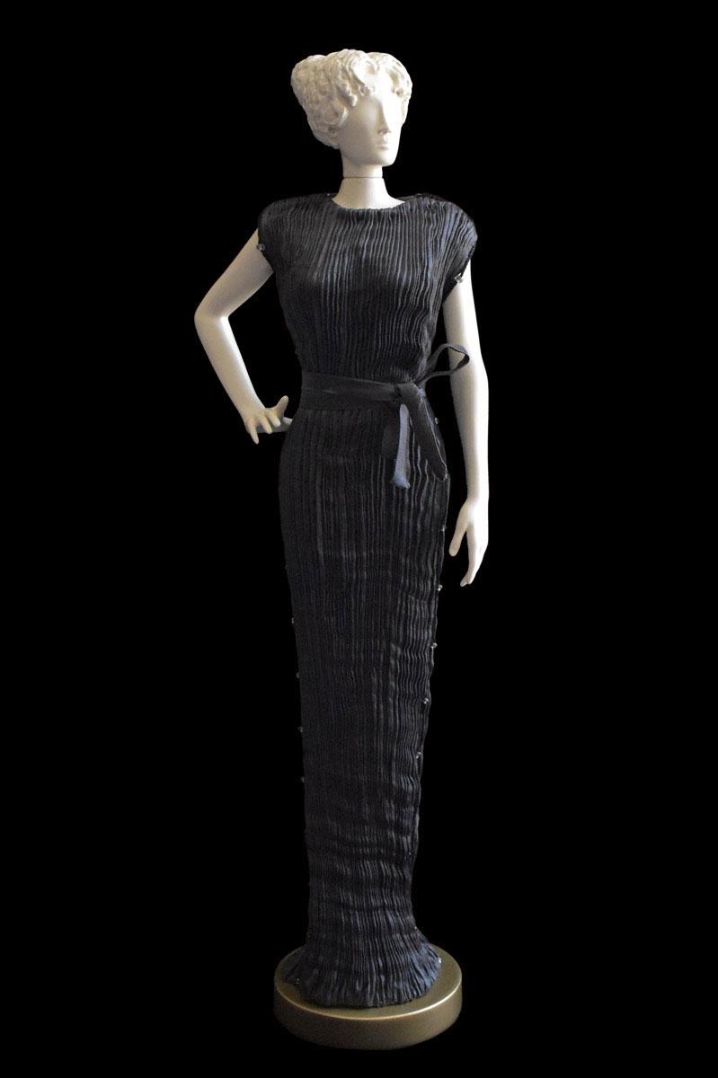 Figurine féminine Diva habillée d'une robe Peggy en soie plissée gris charbon - Roman