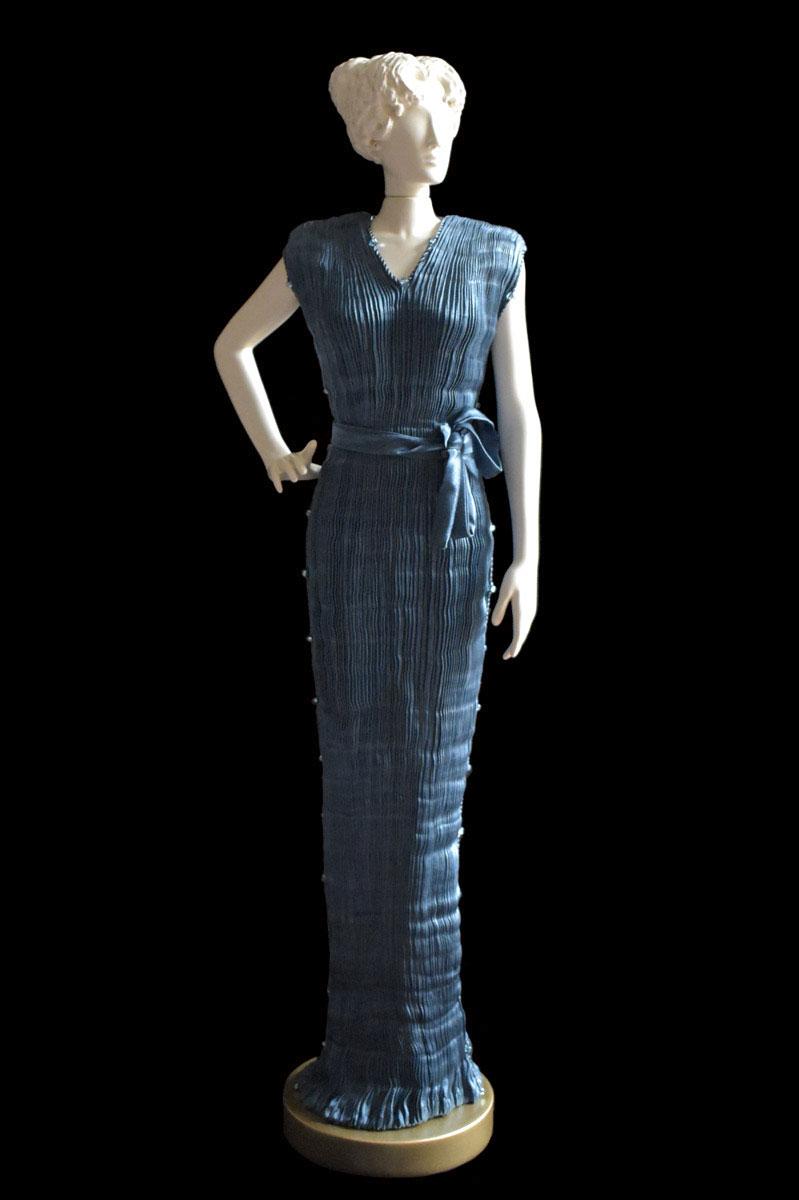 Figurine féminine Diva habillée d'une robe Peggy en soie plissée bleu sarcelle foncé - Roman