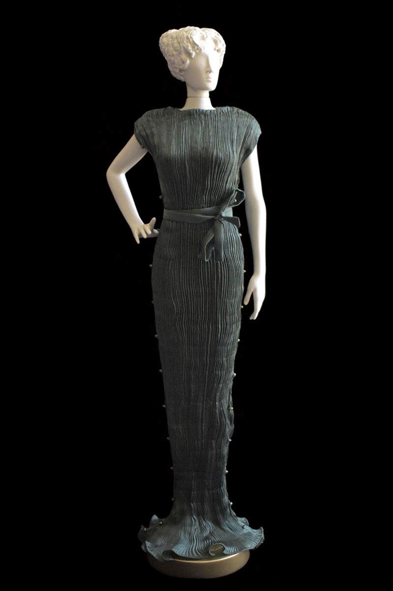 Figurine féminine Diva habillée d'une robe Peggy en soie plissée vert forêt - Roman