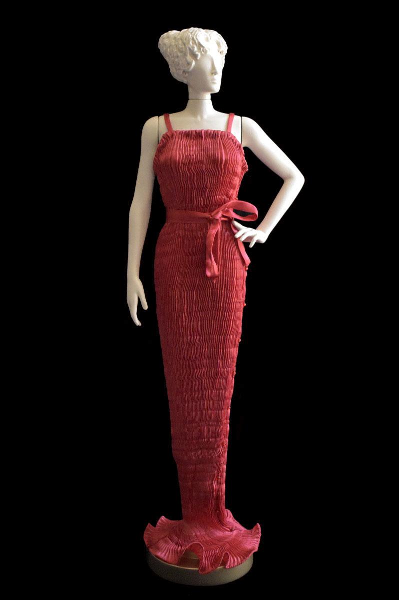 Figurine féminine Diva habillée d'une robe Pretty en soie plissée rouge - Roman
