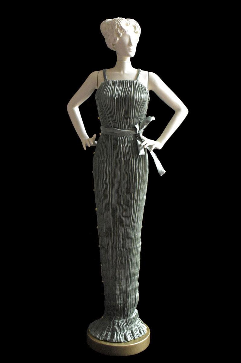Figurine féminine Diva habillée d'une robe Pretty en soie plissée gris sauge - Roman