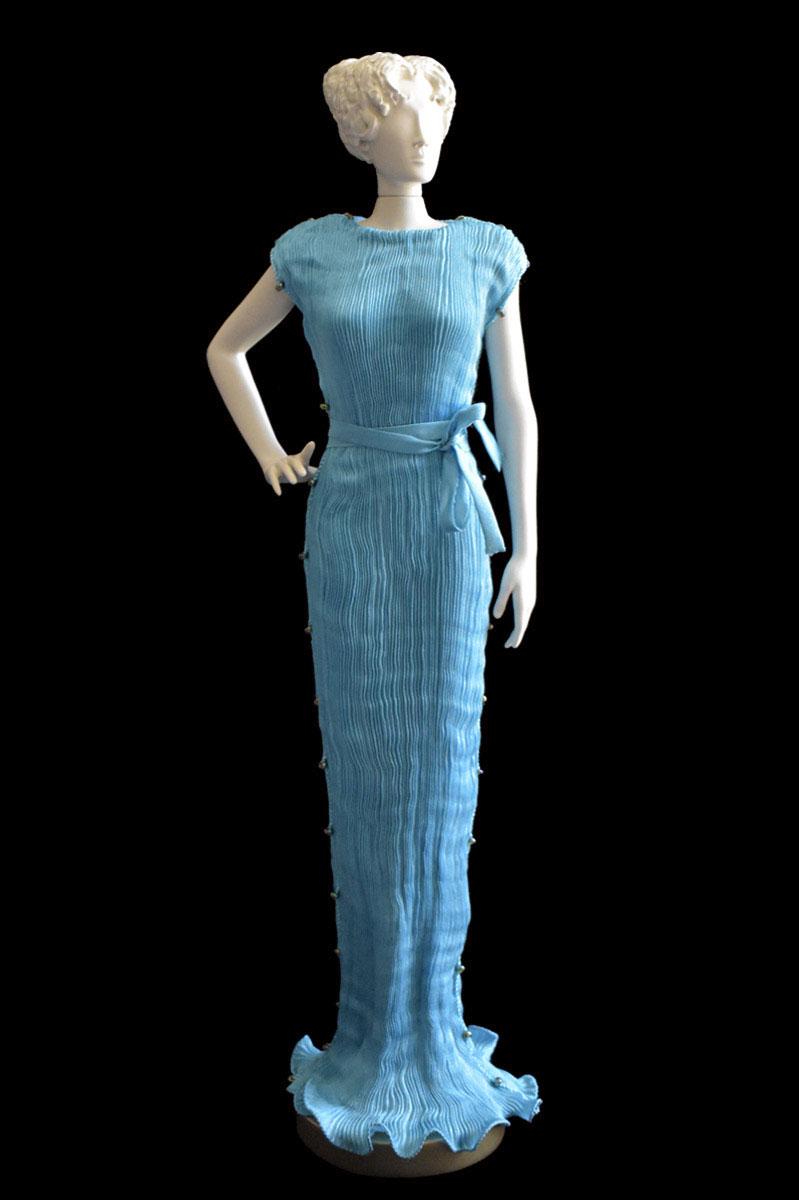 Figurine féminine Diva habillée d'une robe Peggy en soie plissée bleu turquoise - Roman