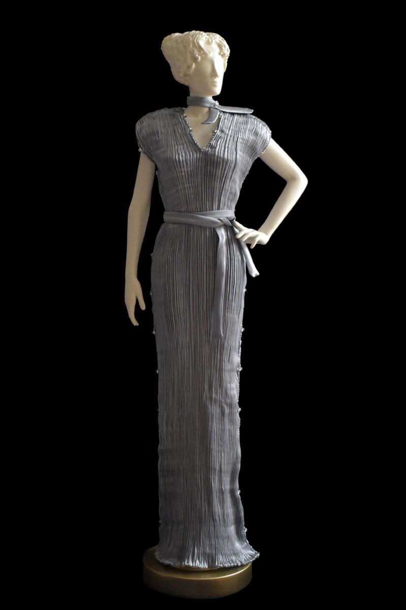 Figurine féminine Diva habillée d'une robe Auriga en soie plissée gris perle - Roman