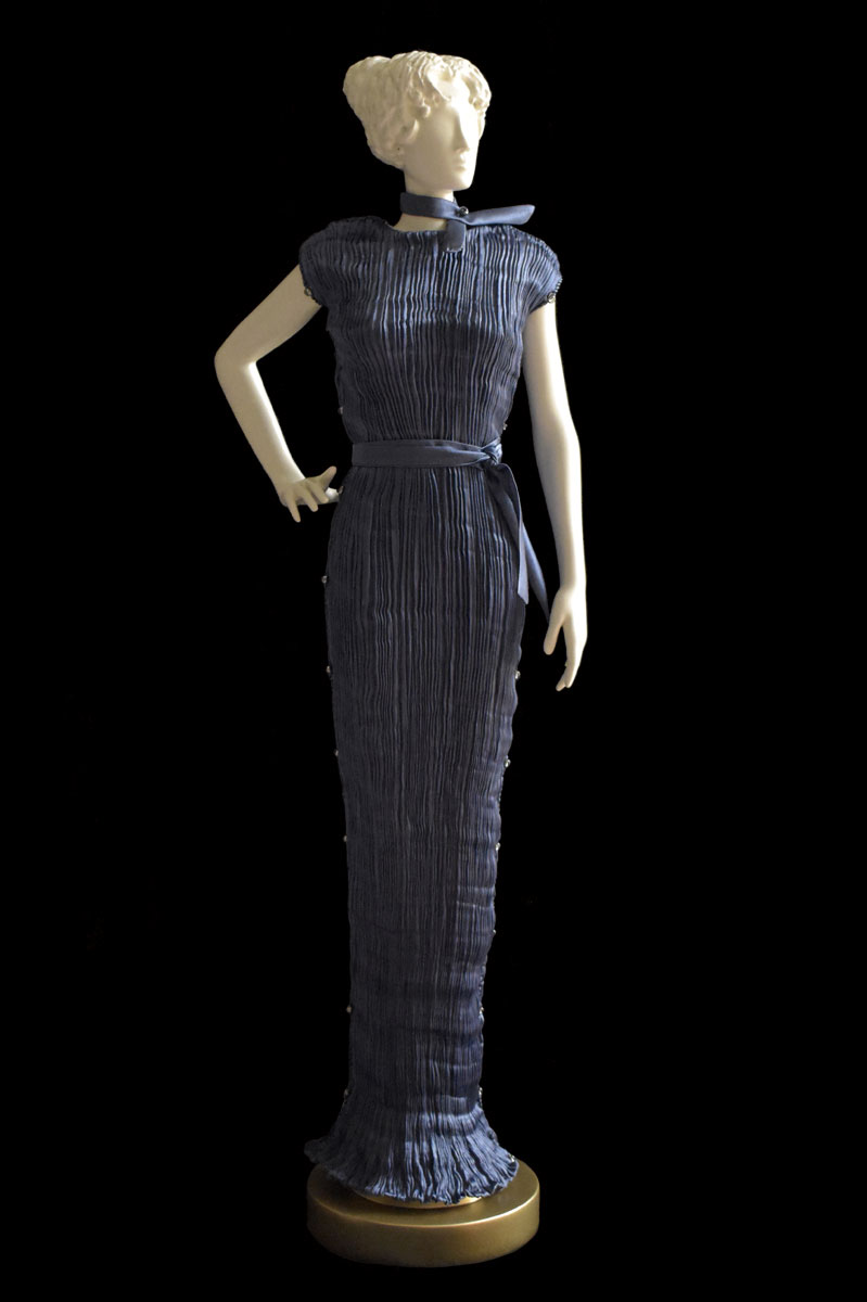 Figurine féminine Diva habillée d'une robe Peggy en soie plissée bleu gris - Roman