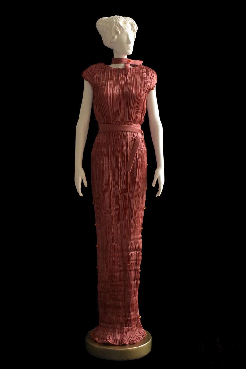 Figurine féminine Diva habillée d'une robe Peggy en soie plissée rouille - Roman