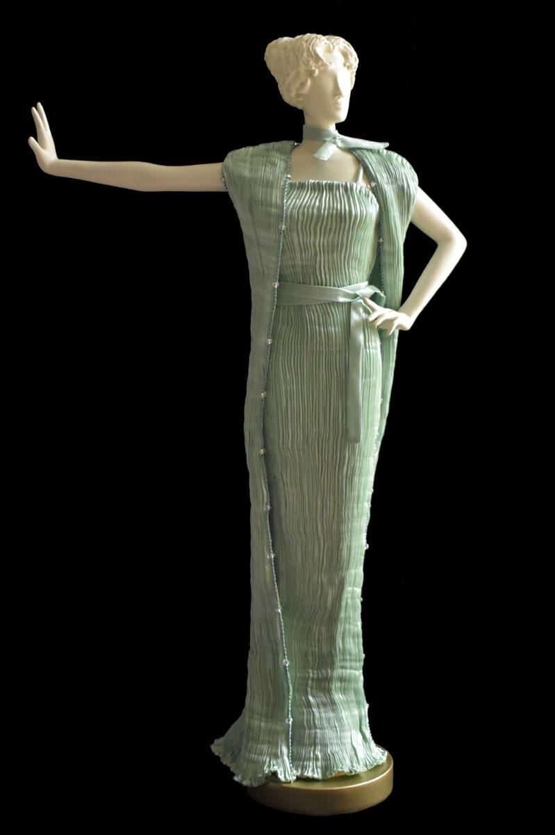 Figurine féminine Diva habillée d'une robe Pretty en soie plissée vert opale - Roman